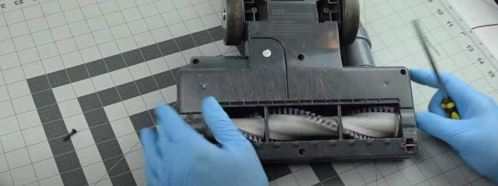 remove roller brush from shark vacuum