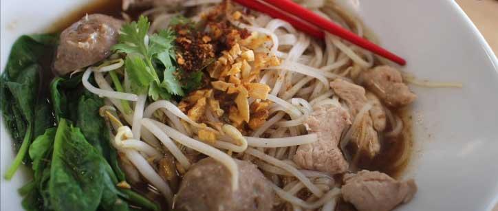 thai foods: kuay tiew phet
